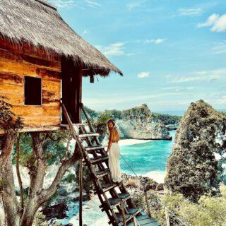 """Rzuć wszystko i zamieszkaj w domku na drzewie 😅🌳 . Czy ta wyprowadzka oznacza, że zostaje na Bali na stałe? Obejrzyjcie stories i czytajcie dalej! 〰️➰ . W ciągu ostatniego roku w moim życiu wydarzyło się tak dużo """"wielkich"""" zmian, a wielu z nich tak panicznie bałam. Dlaczego?dlatego, że nasz umysł kocha to co jest dla niego znane, traktuje to jako bezpieczną przestrzeń, bo potrafi się w niej odnaleźć- jest to dla niego po prostu łatwiejsze i jego naturalną obroną, jest strach przed czymś co nowe. Lecz w momencie kiedy pozwoliłam sobie nawet ma niewielkie zmiany, dostrzegłam jak wiele w moim życiu zmieniły na lepsze, by żyć pełnią życia! Być szczęśliwą z samą sobą!  Wcześniej, często żyłam w swoim nieszczęściu i w swoich traumach, bo strach był silniejszy, a teraz wiem, że warto wychodzić poza granice swoich lęków i pozwalać sobie małymi kroczkami na zmiany w życiu, jeśli w głębi serca czujemy, że są one nam potrzebne! Bo z jakiegoś powodu w życiu niejesteśmy już szczęśliwe!  . Małymi kroczkami badajcie swoją granice strachu, przesuwajcie ją co raz dalej, a zobaczycie jak wiele radości przyjdzie do Waszego życia, jeśli tylko zrobicie na nie miejsce usuwając coś starego, co nie daje Wam już szczęścia. Kiedyś może to szczęście niosło ze sobą, ale teraz jest po prostu inny etap życia, potrzebujecie już czegoś nowego, innego, to naturalne. Pozwalajmy sobie na zmiany, one są tak piękne! Stąd właśnie wzięła się moja decyzja o wyprowadzce. Może nie byłaby tak szalona, gdyby nie fakt, że przeprowadziłam ją zdalnie, dzieki mojej cudownej asystentce Justynce. Poczułam chwile i moment, pomyślałam sobie, teraz albo nigdy. To trochę jak ze skokiem z klifu (dla mnie) jeśli nie skaczę od razu, jeśli będę się zastanawiać, to nigdy nie skocze😉 Bałam się zamknięcia tej 4 letniej historii, sentymentów związanych z tym miejscem. Więcej zobaczycie na stories!  . ✨ KLIKNIJ 2 x w ZDJĘCIE‼️✨ zostaw serduszko, jeśli odważyłabyś się tam spac, albo napisz komwntarz, jeśli uważasz """"ze nigdy w ż"""