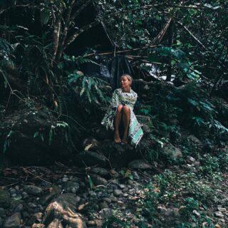 Melduje, że żyje po nocy spędzonej w jungli! 😅 Żaden wąż ani waran nie wszędzie też do naszego namiotu. noc spędzona w junglii na Sumatrze (za mną widzicie nasze szałasy) była czymś totalnie cudownym. Węże, robaki, pająki, mrówki giganty, pijawki, nie mają dla mnie znaczenia, bo nie nadaje im znaczenia. Mam wielką świadomość tego, ze jestem gościem w ich świecie i to ja muszę to uszanować.  . Nie spodziewałam się Waszego aż tak dużego odzewu. Relacje z tej wyprawy obejrzałyście ponad 100 tyś razy w ciągu ostatniej doby (zapisuje ją Wam w wyroznionych) Dziękuje, że chcecie być tego częścią i wspólnie ze mną doświadczać tego co tam się dzieje, choć wiem, że to nie zawsze jest dla Was łatwe. Nic więcej nie powiem🙊 Co się wydarzyło dzisiaj? Zobaczycie na stories 💩🙈 . 🌿🌿 Kliknij 2 x w zdjęcie jeśli: Taka noc w jungli to jest coś co chciałybyście przeżyć albo skomentuj jeali jesteście w stanie oglądać tylko z zaciszu swojego Domu🙊🙏🏾🌿🌿 . Foto @lukasz_jakobiak  #sumatra #sumatrajungle